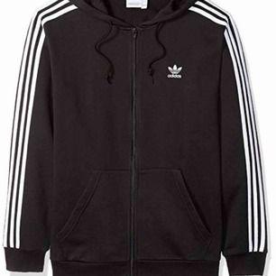 Svart tröja med vita ränder från Adidas i storlek S  Aldrig använd  Bra skick  Köparen står för frakt