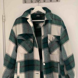 Jättefin grön flanell jacka från Zara! Använt fåtal gånger och är som ny. Köpt för 549 - priset kan diskuteras.