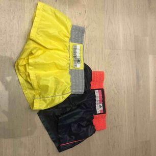 Dessa asballa träningsshorts från Stella McCartney! Ett par är gula och ett par blåa/lila! Säljer ett par för 300kr och båda för 500kr