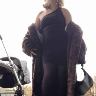Svart klänning från bikbok💜 Köpt inför jultider men kommer nog inte använda den så mycket mer, köpare står för frakt annars möts jag i stockholm. 🧚🏼♀️