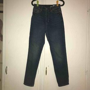 Säljer mina fina MOM jeans! Använda en gång men det helt nya ut, nypris 299💛💛💛💛