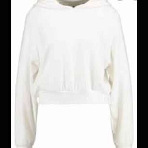 Väldigt mjuk croppad hoodie från Bilbok  Storlek XS Aldrig använd  Bra skick  Köparen står för frakt