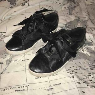 Snygga puma suede skor i stl 38. Superfina men är tyvärr för små för mig😩