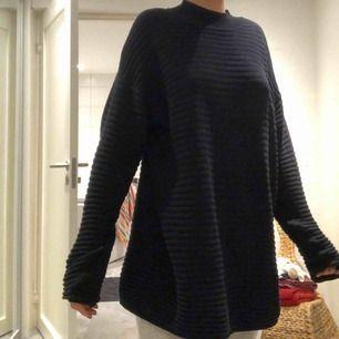 Säljer denna tröja från Cubus. Ville ha en stor luftig tröja därav den stora storleken. Använd många gånger så lite sliten
