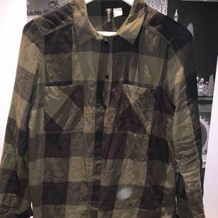 Rutig grön skjorta. Säljes pga. kommer inte till användning.