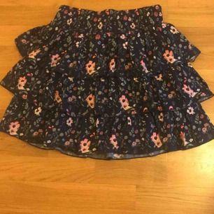 Säljer denna superfina volang kjol!! Säljer på grund av för stor på mig som är en xs.