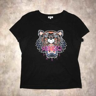 T-shirt från Kenzo. Liten i storleken och Sparsamt använd. Köparen står för frakten