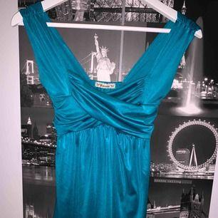 Omlott tröja i silkesmaterial, skitsnygg att ha till en tajt kjol.
