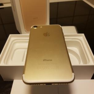 Iphone 7 256gb Gold  Laddare  Hörlurar  3st skal DEAL OF SWEDEN  Manualer  Låda. Olåst ut loggat från icloud.