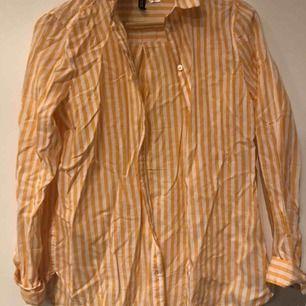 Vit/gul randig skjorta från H&M Använd en gång