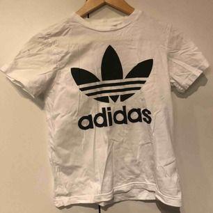 Adidas tshirt är strl 160 tror jag  Levis tshirt är strl L, perfek oversize tshirt. Använda typ 10 gånger Båda för 150kr