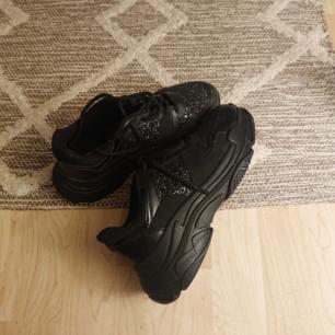 Sparsamt använda chunky sneakers.
