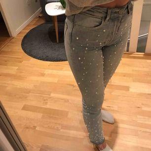 Säljer dessa jeans från zara med pärlor. Sitter skitbra och väldigt tajt även fast dem är raka i modellen. Sällan använda <33