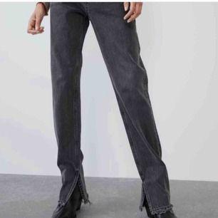 Snygga, trendiga, grå jeansen med slits från Zara! ☺️ de är slutsålda och tar verkligen emot att sälja:/ Budet ligger på 460💕💕
