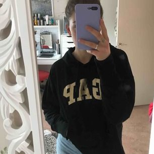 jättefin svart hoodie med gulddetaljer, köpt i USA. knappt använd.