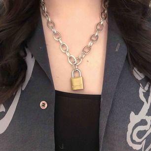 Halsband med 🔒, har satt fast låset själv!🧚🏻♀️