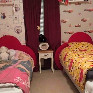 Jag säljer 2st sängar med 2st sänggavlar och en soffa. Båda röda hjärtnorna ingår. Allt för 4000kr