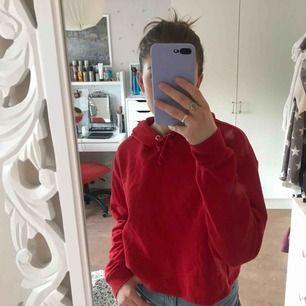 superfin röd hoodie från HMs divided avdelning. använd någon enstaka gång. liten i storleken, skulle anse att det är en M. ❤️