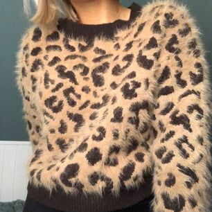 Supermjuk stickad tröja från HM i leopard mönster. Något stor i storlek. Fin tröja men kommer inte till användning!