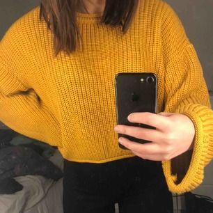 Senapsgul stickad tröja med vida ärmar från NA-KD. Helt oanvänd, endast testat därför även i toppenskick!!