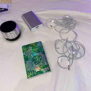 En bra liten högtalare som ska se ut som en bult? Två powerbanks som är som nya!  Den silvriga kan ladda 4 mobiler till 100% Den med löv kan ladda 2 mobiler till 100% Två par hörlurar 🎧  Buda på! Inga skambud!!
