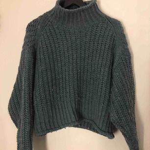 Superhärlig tjock stickad tröja från H&M i en mörk grön/blå färg, sååå mysig och snygg!!