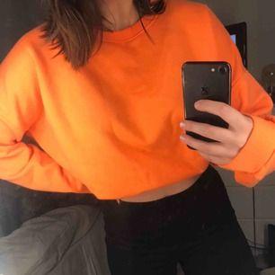Oversized tröja från ASOS i en så nice orange färg!! Supersnygg att vika upp men också svin mysig att ha som den är. Väldigt skönt och varmt material!