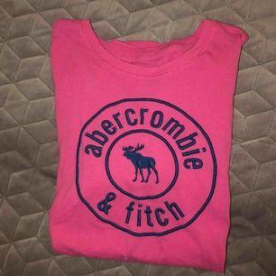Rosa tröja från A&F kids i storlek 15/16 år. Använt mycket men felfri. Säljer för 100kr+ frakt!