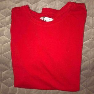 Röd basis t-shirt från Cubus. Använd fåtal gånger, bra skick. Säljer för 50kr + frakt!