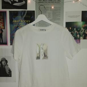Säljer nu denna tshirt från NAKD. Älskar trycket men tyvärr satt den inte så bra på mig :((. Är helt oanvänd, nypris 100kr. Möts upp i jkpg eller fraktar <3
