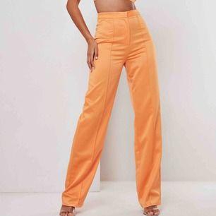 Så snygga och balla byxor från Missguided, köpta nyligen men aldrig använda (bara testade). De är ganska långa i benen för mig som är strax under 160cm. Köparen står för frakten🧡