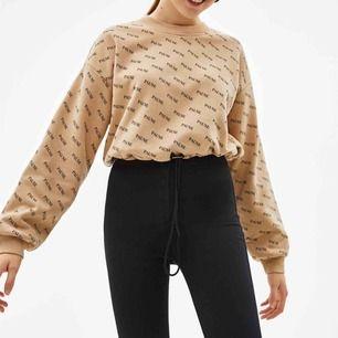 En jättemysig beige tröja med dragsko ifrån Bershka! Använd endast 4 gånger<3