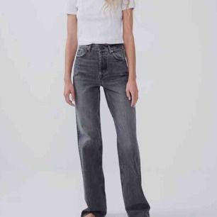 Gråa väldigt populära och helt slutsålda jeans från Zara i storlek 32. Jättefin passform i midja och rumpa, har klippt av dom något då dom släpades under skorna men dom är fortfarande långa på mig som är 168cm, använda men bra skick!