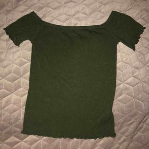 Off shoulder tröja från Stradivarius. Fint skick, passar även en xs. Säljer för 50 + frakt!