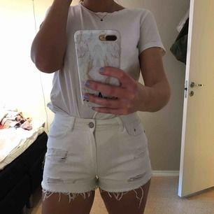 Vita lite slitna shorts, ganska korta men visar ej röven. Lite små i storleken så passar både M och S. Säljer pga använder ej, bra skick. Kan mötas upp i Göteborg annars står köparen för frakt.