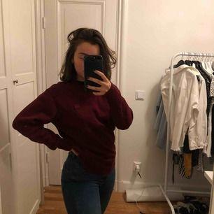 Skitsnygg sweatshirt från Acne. Vinröd som man ser 🤛🏽 använd typ två ggr så säljer pga det.