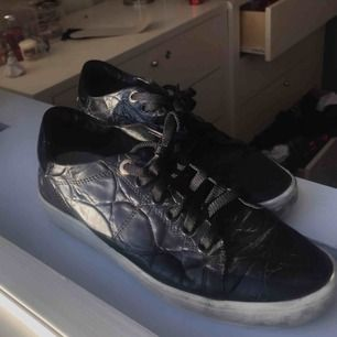 Snygga svarta skor i glansigt lack, bara lite smutsiga på kanten men det går att tvätta bort. De är i storlek 37 från märket Novita😊