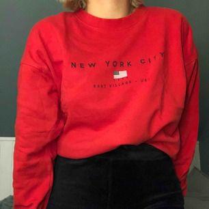 Röd sweatshirt från Gina Tricot! Super mysig och lite oversized i passformen.