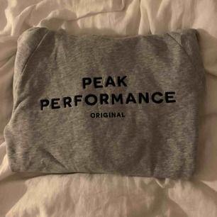 Peak Performance hoddie i jättebra skick, använd fåtal gånger. Säljes pga ingen användning. Nypris ca 1000kr