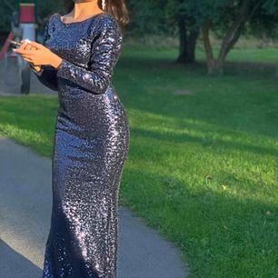 Blå lång paljett klänning med öppen rygg   Använt en gång Orginal pris 1500kr Storlek S men själv är XS så den var lite pössig vid axeln