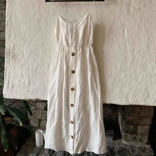 Superfin klänning med knytdetalj i ryggen från zara. Aldrig använd, frakt tillkommer ✨