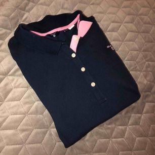 Piké tröja från Gant med rosa detaljer i storlek 170, 15 år. Fint skick, säljer för 200+frakt.