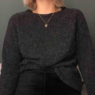 Nästan helt ny stickad tröja från vero Moda. Färgen är mörkgrå med lite vitt i. Väldigt varm o skön tröja.