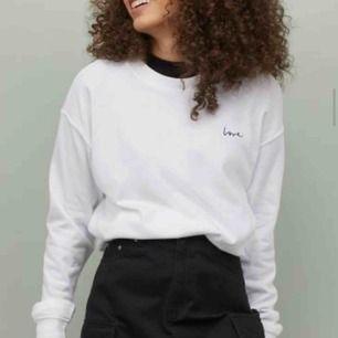 Vit jättefin sweatshirt från hm, säljer pga att den inte kommer till användning. Aldrig använd. Frakt ingår i priset :)
