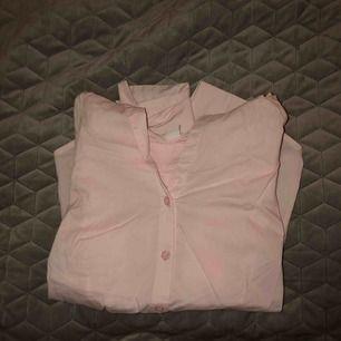 Rosa basis skjorta från hm i storlek 34/xs. Skjortan har rosa knappar som detaljer, även på handleden. Säljer för 75kr+frakt.
