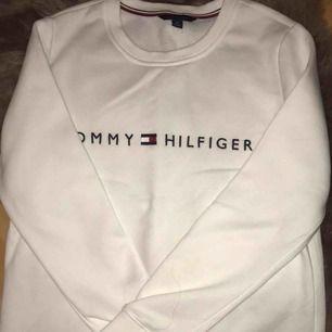 Riktig snygg och skön tröja från tommy hilfiger köpt i USA för 799 kr mitt pris 450 kr! Använd fåtal gånger och den är 100% äkta.