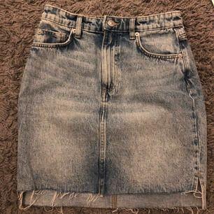 Suuperfin jeanskjol från HM i strl 34. Säljer pga att den är för liten tyvärr :( ❤️
