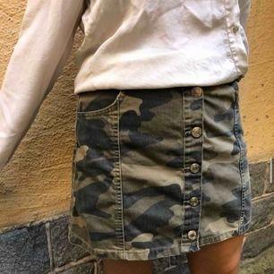 Camoflage kjol!🦎 Köpt från berska Använd få tal gånger💜 Nypris 300kr Strl:M