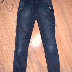 Jeans med diamanter och resårmidja