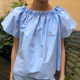 Blå blus! Köpt från h&m Oanvänd!💜 Köpt för 300kr